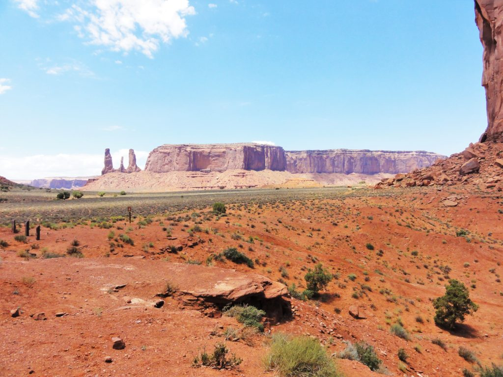 Three sisters au loin Monument Valley